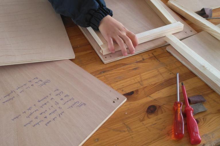 Photo pour illustrer comment fabriquer un abri pour chauves-souris, Il vous faut 2 planches 3 tasseaux de 19mm tournevis 6vis