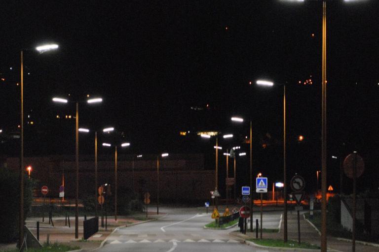 Photo de l'éclairage nocturne d'une ville la nuit, source FRAPNA