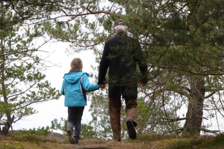 Photo d'une famille se promenant en forêt, nature isère